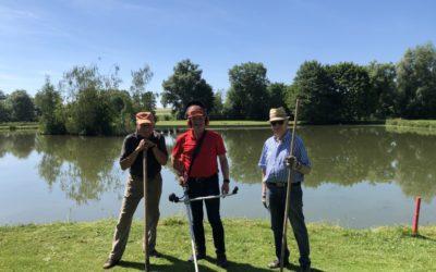 Fleißige Mitglieder verschönern Teich an Bahn 9